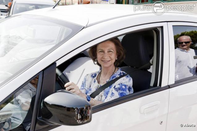 La reine Sofia conduit une voiture électrique à Palma de Majorque. 11/08/2010