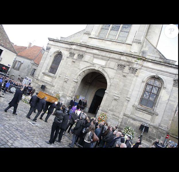 Une foule d'anonymes s'est réunie aux abords de l'Eglise Saint-Pierre