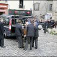 Une foule d'anonymes scrute le cercueil de Thierry Gilardi, sur le parvis de l'Eglise Saint-Pierre