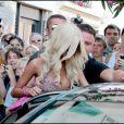 Une véritable émeute pour Zahia lorsqu'elle fait du shopping à Saint-Tropez le 16 août 2010