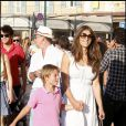 Elizabeth Hurley en vacances à Saint Tropez avec son mari Arun Nayar, son fils Damian, et un de ces amis, David Furnish, le 17 août 2010