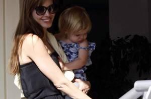 Angelina Jolie, très mince, amène ses jumeaux voir leur papa Brad Pitt, avant de s'envoler pour le Pakistan !