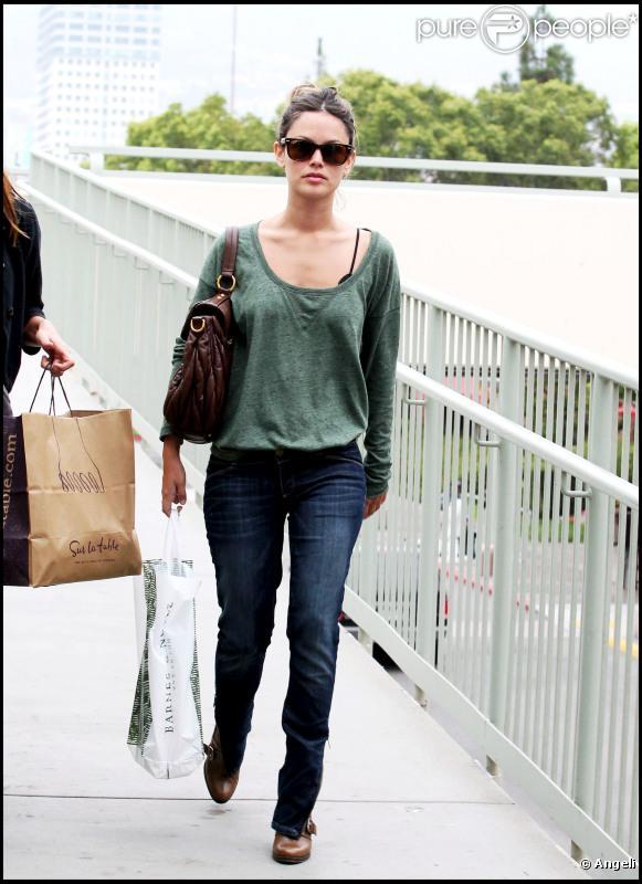 Rachel Bilson fait du shopping avec une amie dans Glendale en Californie le 7 septembre 2010