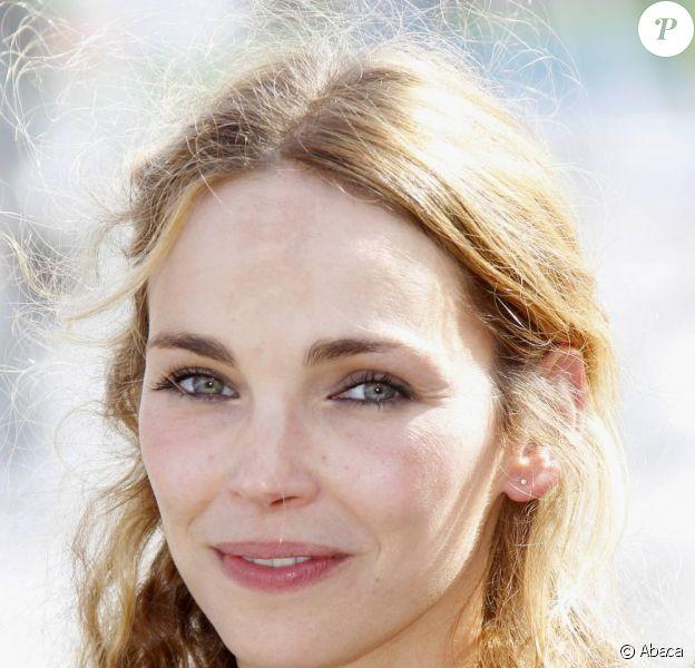 La sublime Claire Keim présente Bienvenue aux Edelweiss, sa fiction pour TF1, au Festival de la  Fiction TV de La Rochelle, samedi 10 septembre.