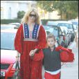 Claudia Schiffer accompagne son fils à l'école, à Londres