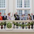 La reine Beatrix, le Prince Willem-Alexander, la princesse Maxima et la famille royale au balcon salue la foule.