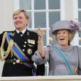 La reine Beatrix et son fils le Prince Willem-Alexander saluent la foule. La reine est éclatée de rire, rien ne la pertube !