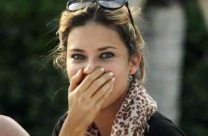 Adriana Lima : Après avoir posé presque nue, elle joue la pudique sur la plage !