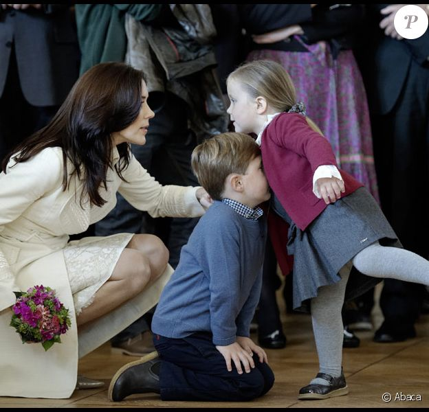 Mary de Danemark assiste avec ses enfants Isabella et Christian à une cérémonie officielle à Copenhague dans le palais d'Amalienborg le 21 septembre 2010