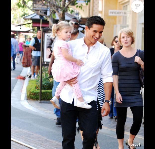 Le comédien et animateur télé Mario Lopez a été photographié, ce jeudi 23 septembre, pour en plein tournage de son émission pour Extra TV, entouré de jeunes enfants.