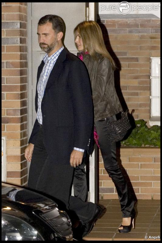 Letizia d'Espagne et Felipe à la sortie d'un dîner privé à Madrid, en amoureux. Le 28 septembre 2010.