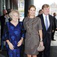La reine Beatrix des Pays-Bas, avec son fils Willem-Alexander et sa belle-fille Maxima, décernait le 7 octobre 2010 le Prix Erasme au musicien, économiste, homme politique et philanthrope vénézuélien José Antonio Abreu.