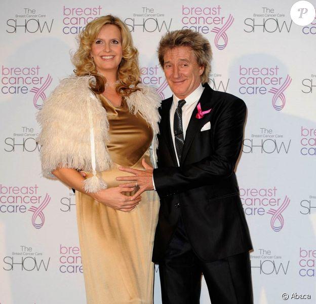 Rod Stewart, 65 ans, que Penny Lancaster, 39 ans, fera papa pour la 8e fois début 2011, est désormais très proche de sa fille aînée, qu'il avait abandonnée bébé, et maintenant âgée de bientôt 47 ans !