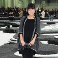 Lily Allen pose lors du défilé Chanel au Grand Palais à Paris en octobre 2010
