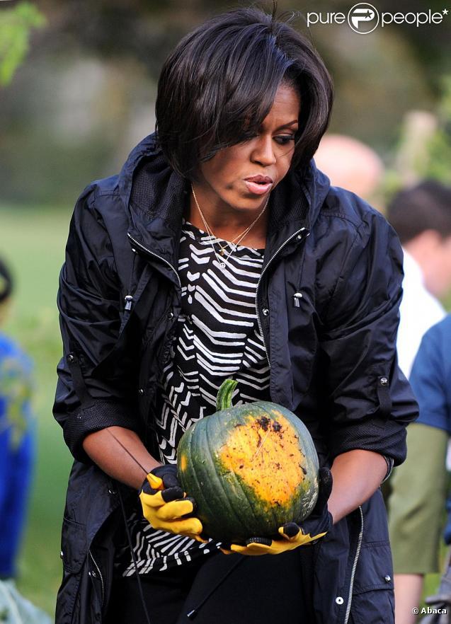 Michelle Obama dans les jardins de la Maison Blanche lors de sa séance jardinage du 20/10/10