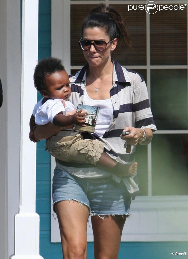 Sandra Bullock et son petit garçon Louis, à Austin au Texas, le 18/10/10. Elle a emmené ses chiens se faire toiletter.