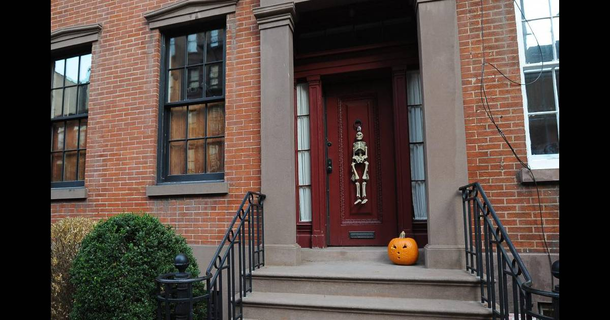 La maison de julianne moore d cor e pour halloween new york le 25 octobre - Maison decoree halloween ...