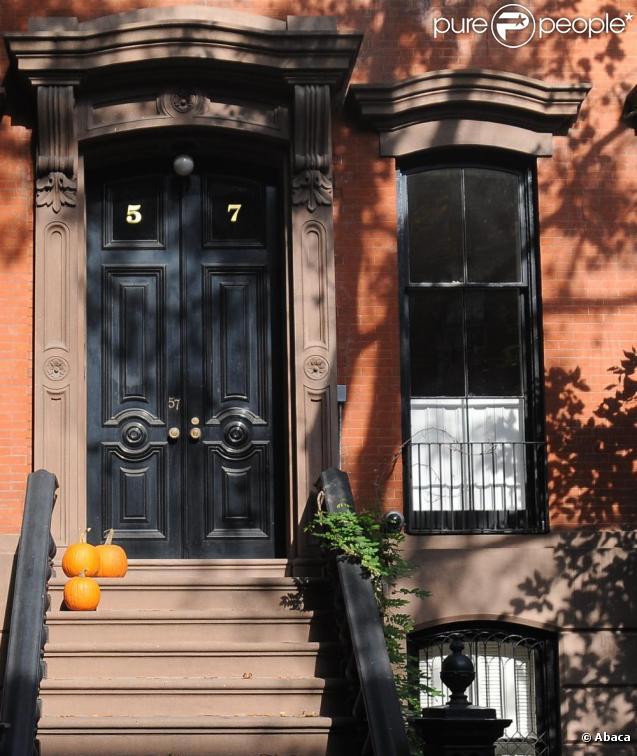 La maison de sarah jessica parker d cor e pour halloween new york le 25 o - Maison decoree halloween ...