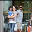Sandra Bullock et son fils Louis font du shopping à Austin accompagnés par un bodyguard le 21 octobre 2010