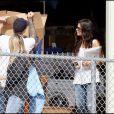Sandra Bullock va prendre un café chez Starbucks avant d'aller chercher queluques carton dans un local à Austin le 25 octobre 2010