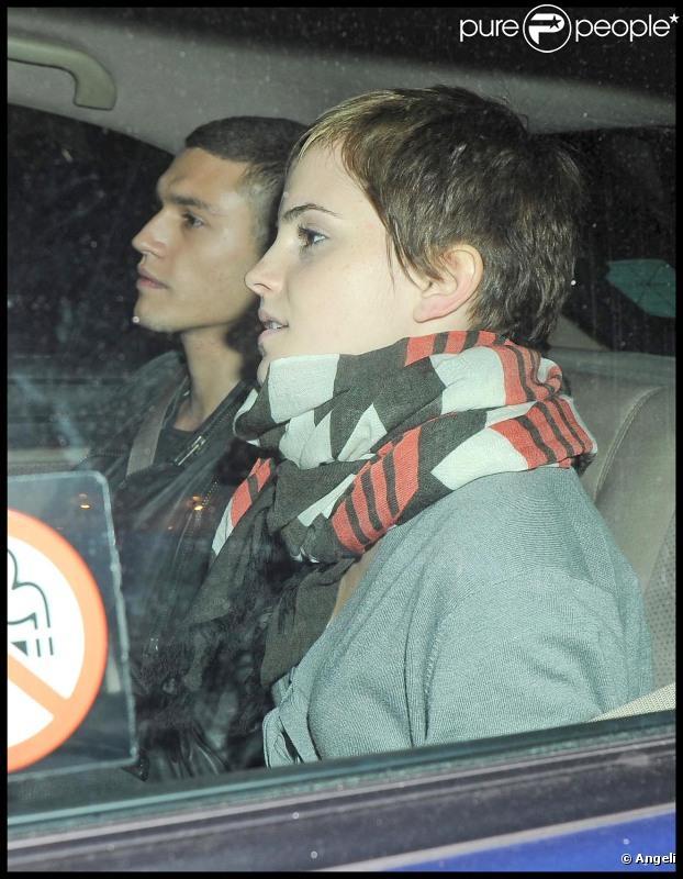 Emma Watson apparaît avec une coupe garçonne, mardi 2 novembre, après avoir passé la soirée  avec des amis dans un nightclub de Londres.