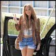 Miley Cyrus cultive son look Pocahontas avec des bottes Minnetonka à Tolula Lake, aux États-Unis le 8 octobre 2010.