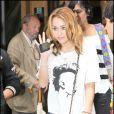 De passage à Paris pour le tournage du film LOL, Miley Cyrus a craqué pour le célèbre it bag 2.55 de Chanel, le 6 septembre 2010.