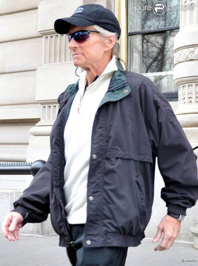 Michael Douglas accompagné de sa femme Catherine Zeta-Jones dans les rues de New York le 23 novembre 2010