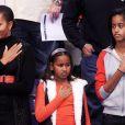 Le président des Etats-Unis Barack Obama, sa belle-mère Marian Robinson, sa femme Michelle Obama et leurs filles Malia et Sasha lors d'un match de basket le 27 novembre 2010 à Washington DC