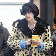 Agyness Deyn dédramatise le manteau léopard avec une chemise à carreaux et bonnet XXL. En parfaite modeuse, le mannequin porte le sac Alexa de Mulberry version léopard !