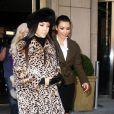 Très chic, Kourtney Kardashian porte une chapka noire avec son manteau léopard.