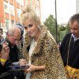 Pixie Lott opte pour la cape léopard avec une tenue très girly.
