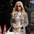 """Paris Hilton se la joue très """"first lady"""" avec son manteau léopard."""
