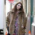 Mischa Barton ose le manteau léopard avec des collants roses.