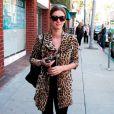 La soeur de Paris Hilton ne se prend pas autant au sérieux et porte son manteau léopard de façon décontracté avec des ballerines rouges pour égayer sa tenue.