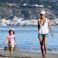 Halle Berry et sa fille Nahla se détendent sur une plage de Malibu le 12 décembre 2010