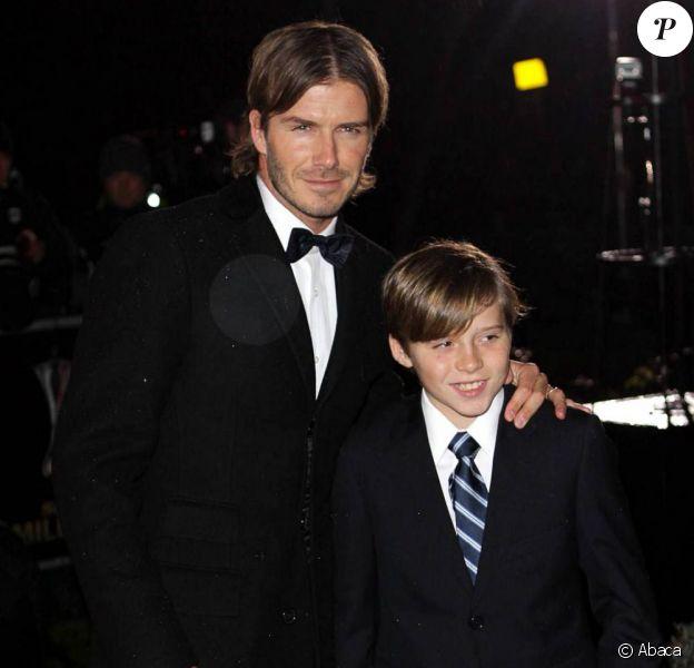 David Beckham renoue avec le style de ses débuts avec son fils Brooklyn à Londres, le 15 décembre 2010.