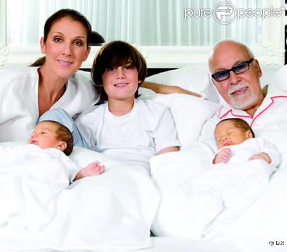 Céline Dion pose aux côtés de sa famille au grand complet (René Angélil, René-Charles, et les jumeaux Eddy et Nelson), sur la carte de voeux qu'elle a notamment adressée au personnel du Caesars Palace (Las Vegas).