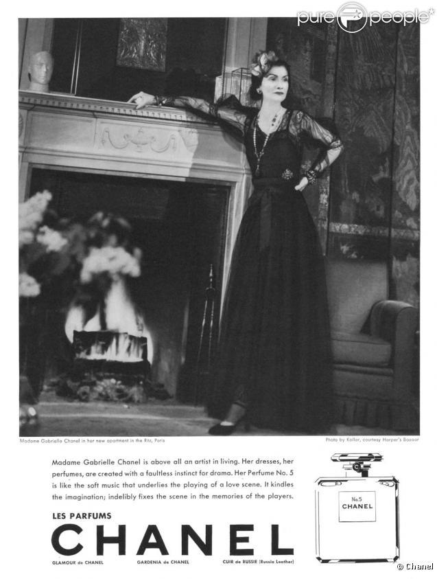 Mademoiselle Gabrielle Chanel dans ses appartements prend la pose pour Chanel N°5. 1937