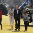 Le président Barack Obama entouré de sa famille lors de leur retour à la Maison Blanche le 4 janvier 2010 après de belles vacances passées à Hawaï