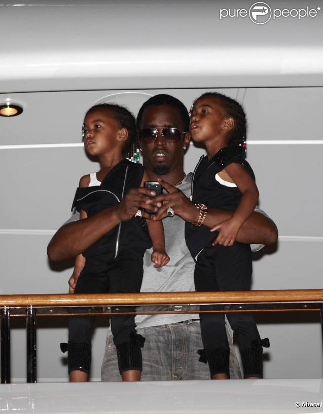 Sean P. Diddy Combs, son ex Kim Porter et leurs jumelles D'Lila Star and Jessie James s'éclatent lors d'un concert de Macy Gray sur le yacht du rappeur durant les fêtes de fin d'année à Gustavia, Saint-Barthélemy en fin 2010