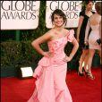 Lea Michele de la série Glee a choisi Oscar de la Renta et un ton rosé pour fouler le tapis rouge. Un brin d'originalité pour cette longue robe fourreau en satin.