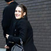 Winona Ryder très souriante... même dans une robe trop petite !