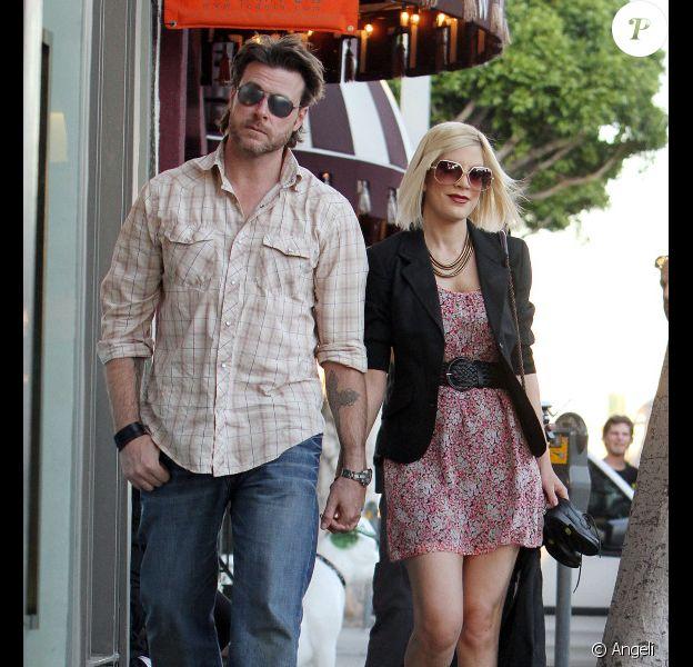 Tori Spelling et Dean McDermott se promènent à Beverly Hills le 21 janvier 2011