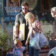 Tori Spelling, son mari Dean McDermott et leurs enfants Liam et Stella font du shopping à Los Angeles le 15 janvier 2011