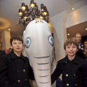 Les princes Felix et Nikolai de Danemark suivent papy au pays des éléphants !