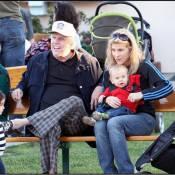 Le déjanté Gary Busey... sage comme une image avec sa femme et leur bébé !