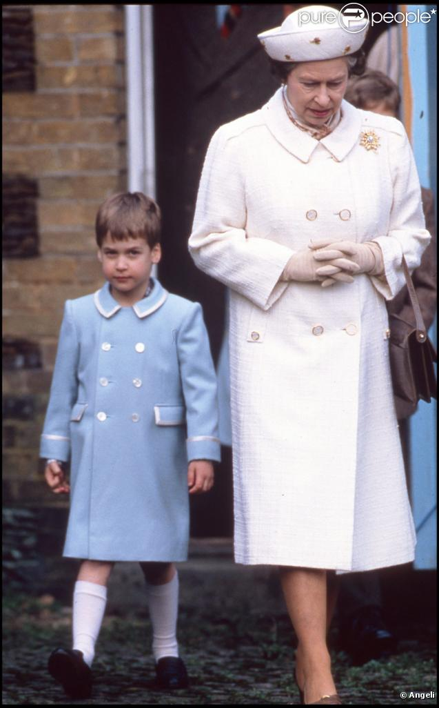 le prince william d 39 angleterre avec sa grand m re la reine elizabeth en janvier 1988. Black Bedroom Furniture Sets. Home Design Ideas