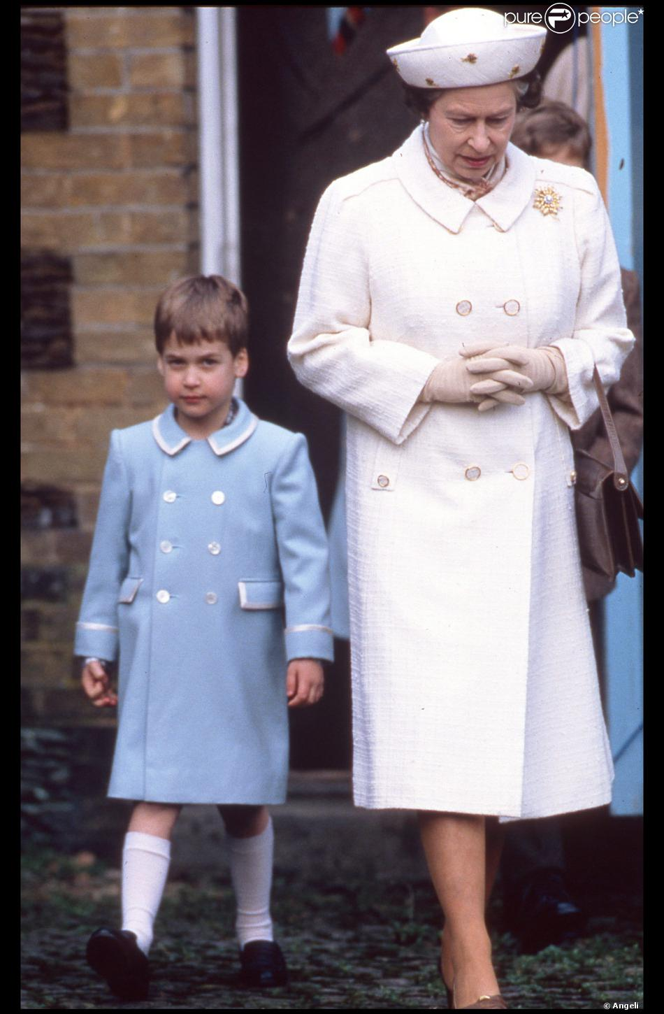 le prince william d 39 angleterre avec sa grand m re la reine elizabeth en janvier 1988 purepeople. Black Bedroom Furniture Sets. Home Design Ideas