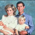 Le Prince William d'Angleterre avec ses parents pour la photo officielle de la naissance de son frère Harry, le 15 septembre 1984